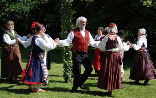 Folkdans midsommarstang